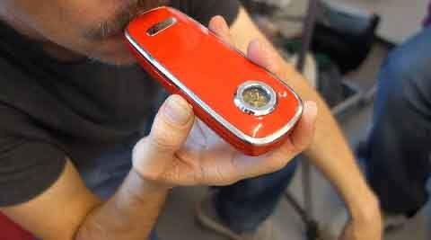 Prendre une bouffée avec le vaporisateur de weed portable Firefly