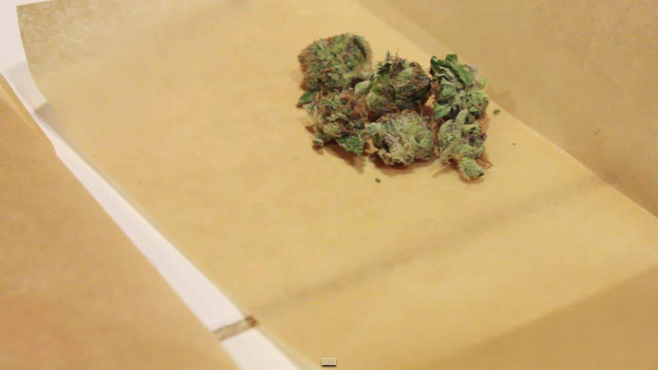 Rosin Tech Herbe dans une Feuille de Papier Cuisson