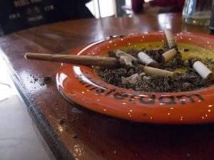 Fumer un joint de Weed à Amsterdam !