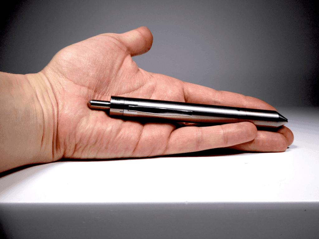 Vapo stylo GrassHopper dans la main